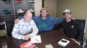 Santiago Muñiz junto a Rodolfo Sotura CEO de World Sport SRL y Juan Cruz Lanzinetti Coordinador de marca Quiksilver y Roxy Argentina.