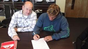 Santiago Muñiz, junto a Rodolfo Sotura CEO de World Sport SRL, firmando el acuerdo que lo vincula con QUIKSILVER Argentina por tres años.