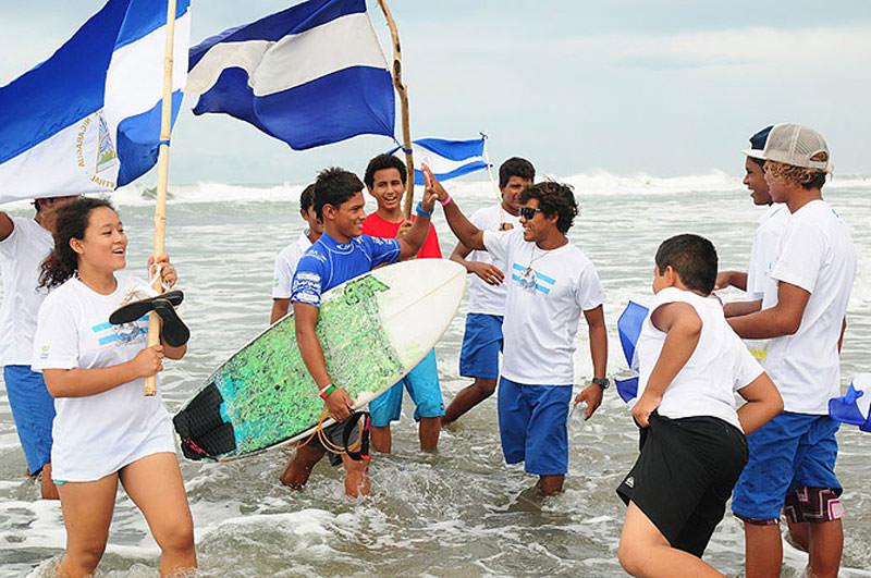 Los miembros del primer Equipo Nacional Junior de la historia de Nicaragua felicitan a Kevin Cortés por avanzar a la Segunda Ronda. Foto: ISA/Michael Tweddle.