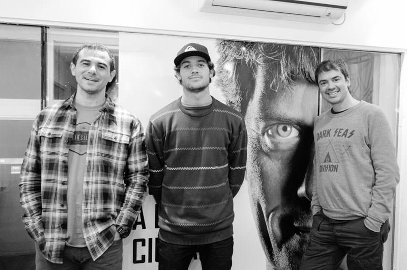 El campeón mundial junto a Sebastián Chacón y Adrián Avanzi en el primer programa de Hasta que se den cuenta por Vorterix Mar del Plata. Foto: Surfpress.