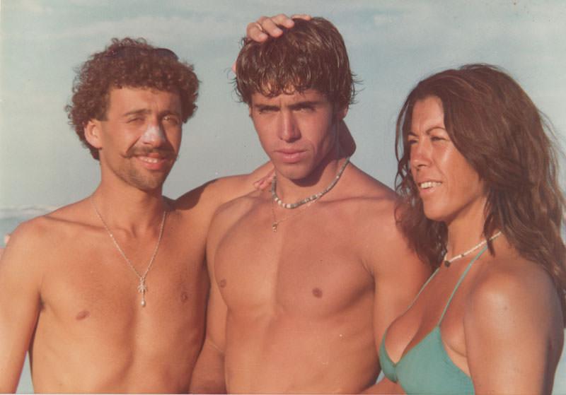 Santiago y Fernando junto a su madre Norma Mattalia en un día de playa.