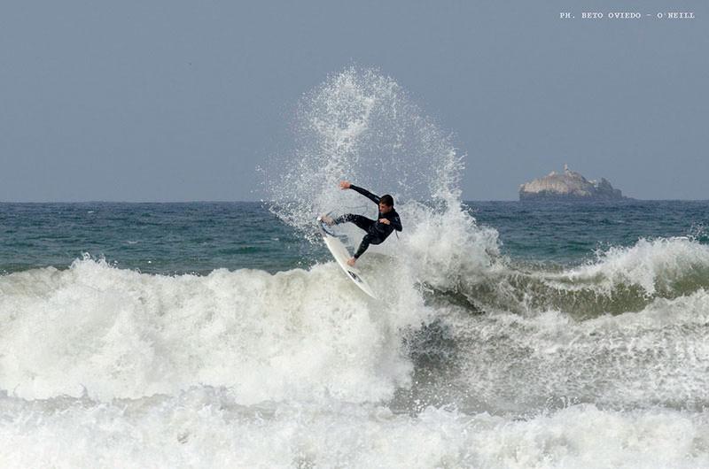 Juanchi Arca levantando la cortina. Foto: Beto Oviedo.