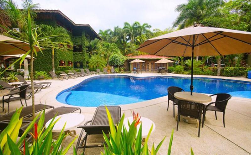 Marea-Brava-piscina-y-lounge-624x385